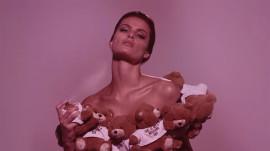 isabeli-fontana-moschino-toy-perfume